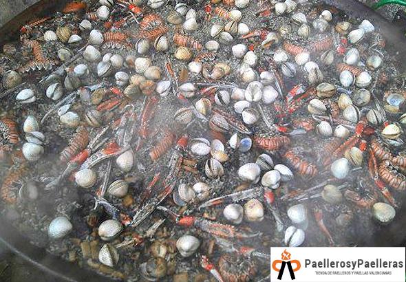 Arroz negro con cigalas berberechos y calamares