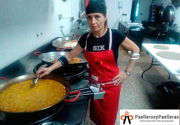 Nuestra cocinera favorita cocinando varias paellas con arroz a banda. Gracias Pepi.