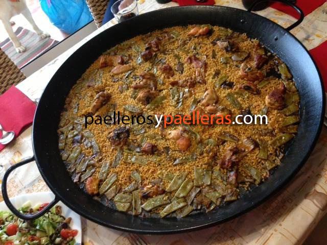 Davit Magraner con su paella valenciana de capa de arroz fina