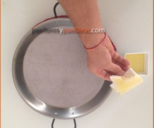 como limpiar una paella valenciana